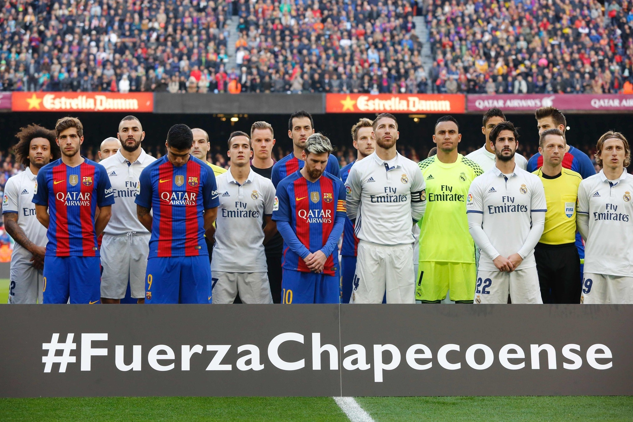 Barcelona and Real Madrid players observe a minute of silence to remember the air crash victims of the Chapecoense football team before the Spanish league football match FC Barcelona vs Real Madrid CF. (AFP Photo)