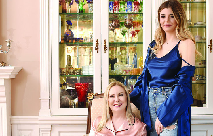 Cemiyetin sevilen isimlerinden Gülgün Tüzün, 21 yaşındaki kızı Deniz Tüzün ile birlikte 'GT Night' adını verdiği bir moda markası yarattı. Anne-kız ile evlerinde buluşarak marka yaratım sürecini, koleksiyonu ve daha pek çok şeyi konuştuk.