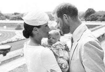Meghan Markle ve Prens Harrynin iki aylık olan oğulları Archie vaftiz edildi