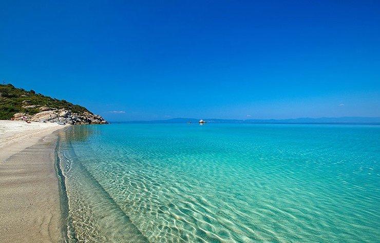 Yunanistan'ın bu yıl çok sık adını duyduğumuz adalarından Thassos, beyaz kumsalları, turkuaz rengi denizi ve Akdeniz'de çok ünlü olan beyaz şarapları ile dikkat çekiyor.
