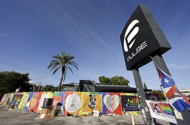 Artwork and signatures cover a fence around the Pulse nightclub, scene of a mass shooting by Daesh, Orlando, Nov. 30, 2016. (AP Photo)