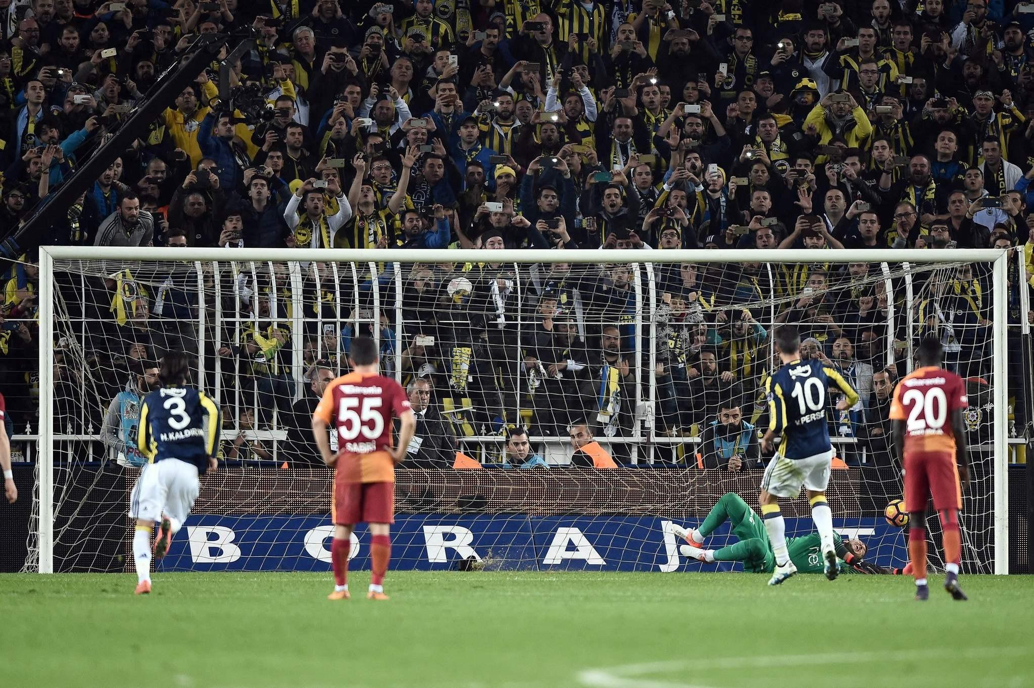 Van Persie (2ndR) scores at the Fenerbahce Ulker Sukru Saracoglu stadium in Istanbul on November 20, 2016. (AFP PHOTO)