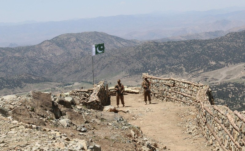 Pakistani soldiers keep vigil from a post on top of a mountain in the former Taliban militants strong hold border area in Shawal valley on May 20, 2016 (AFP Photo)