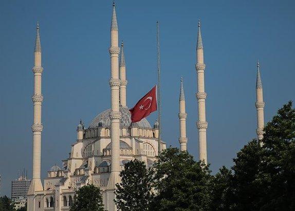 /turkiye/2018/05/15/milli-yas-nedeniyle-bayraklar-yariya-indi-1526368525