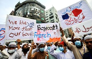 At least 50,000 Bangladeshi Muslims take part in anti-France rally to protest Islamophobic cartoons