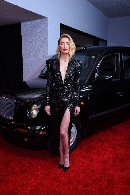 Amber Heard'ın göz dolduran kırmızı halı şıklığı