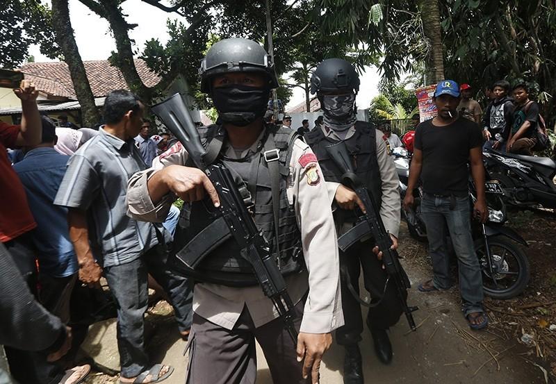 Indonesian anti-terror policemen hold rifles during a terrorist raid operation in Tangerang, Indonesia, 21 December 2016 (EPA Photo)