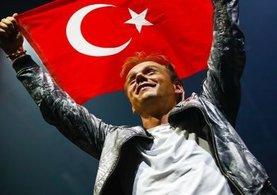 Türk bayrağıyla sahnede dolaştı