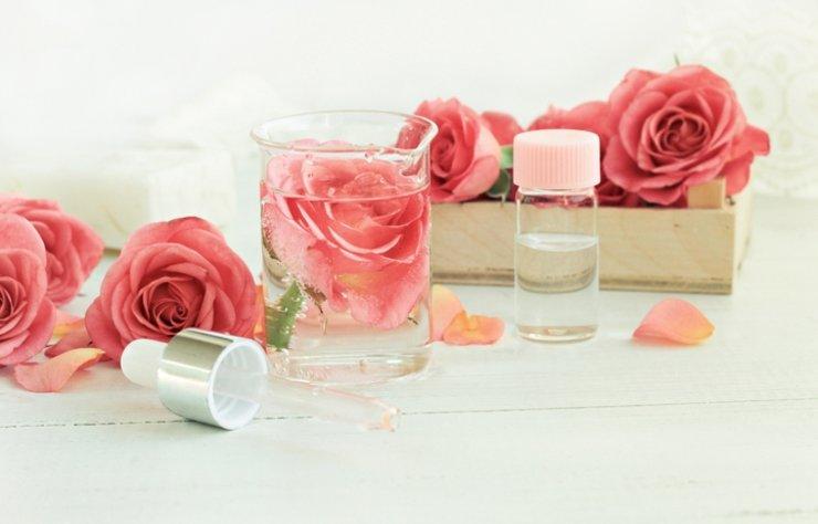 Son günlerin popüleri haline gelen gül suyu güzellik konusunda en çok tercih edilen bakım ürünlerinden biridir. Sakinleştirici ve huzur veren bir koku yayan gül suyu, hem cilde hem de saça önemli faydalar sunar. İşte gül suyunun faydaları…