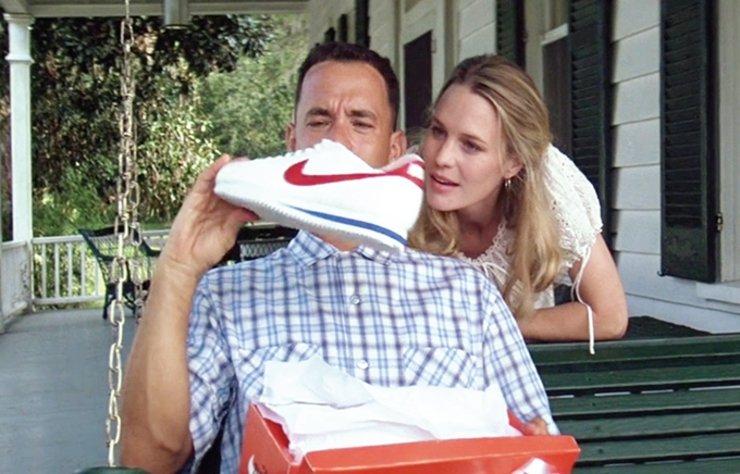 İlk defa U.S. Rubber Company tarafından 1892'de üretilen, 1917'de seri üretime geçilen, tabanı lastikten yapılan ayakkabıların ilkine 'Keds' adı verilmiş. Lastik tabanlarından dolayı, köselenin tersine sessizce yürümeye fırsat tanıyan ayakkabılara zamanla, Türkçesi 'yavaşça yaklaşmak' anlamına gelen 'sneak up' kelimesinden türeyen 'sneaker' ismi verilmiş.