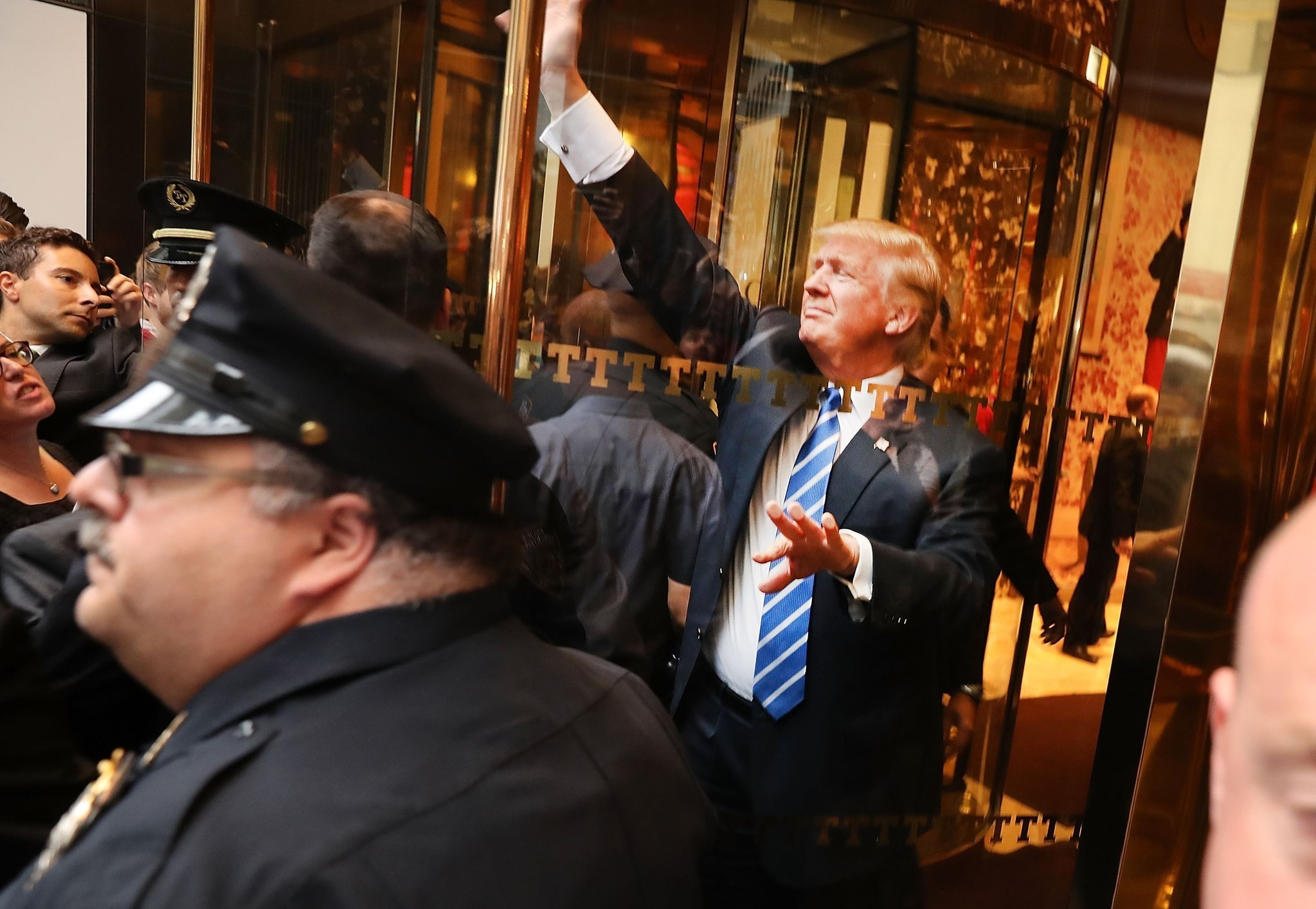 Donald Trump greets supporters outside of Trump Towers in Manhattan October 8, 2016 in New York City. (AFP Photo)