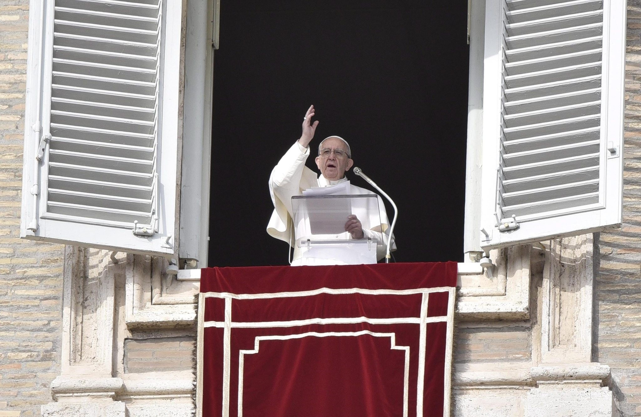 Pope Francis blesses the faithful during the Angelus, traditional Sunday's prayer, in St. Peter's Square, Vatican City, 22 January 2017. (EPA Photo)