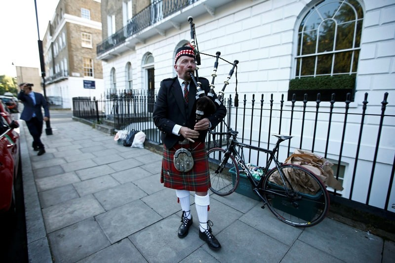 A lone piper plays his bagpipes outside the home of former London Mayor Boris Johnson, in London, Britain June 24, 2016.  REUTERS Photo