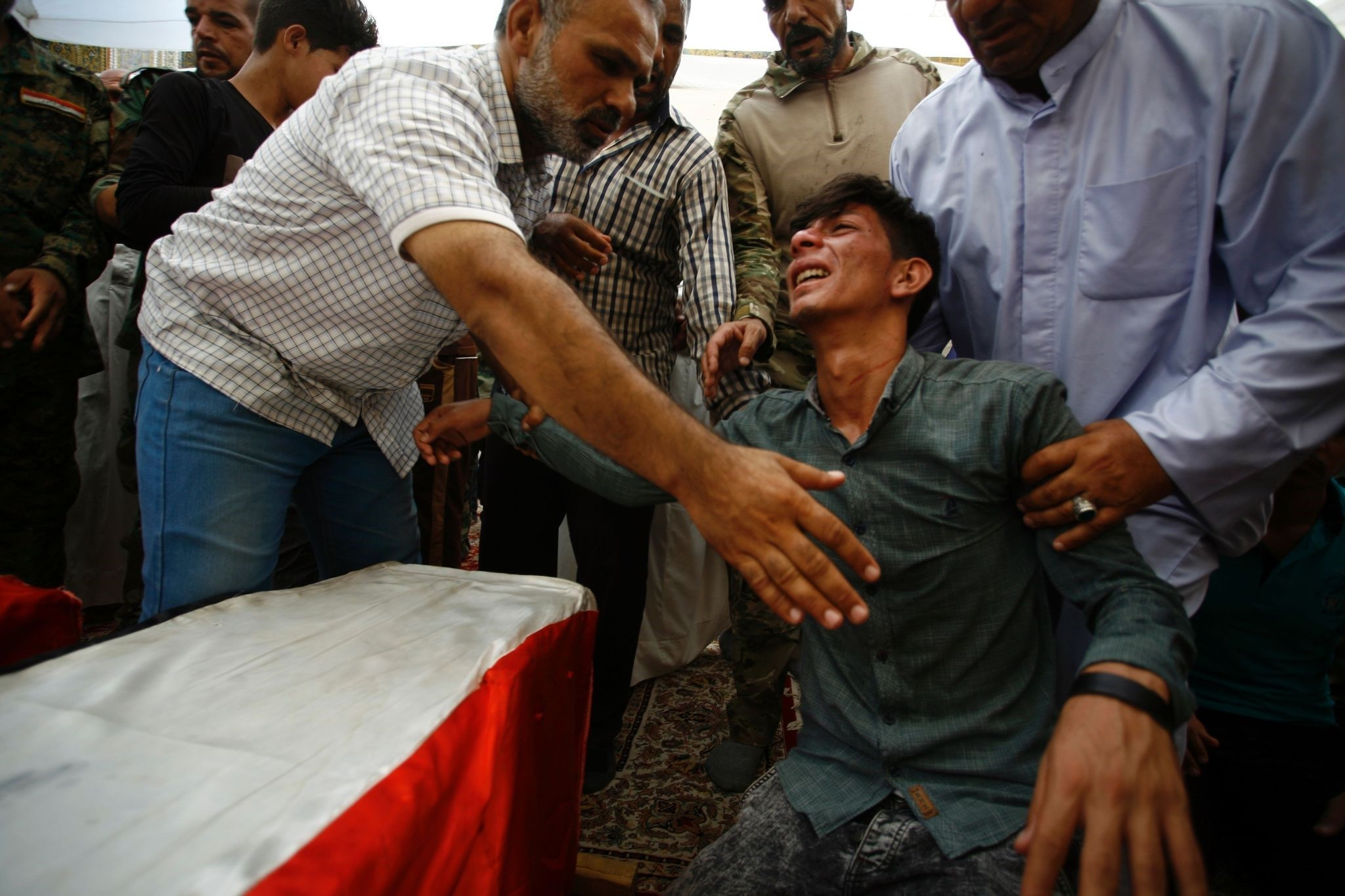 Iraqis mourn over the coffins of Shiite students who were killed in the Khalidiyah area of Iraq's Anbar province fighting alongside pro-gov't forces in the battle against Daesh. (AFP Photo)