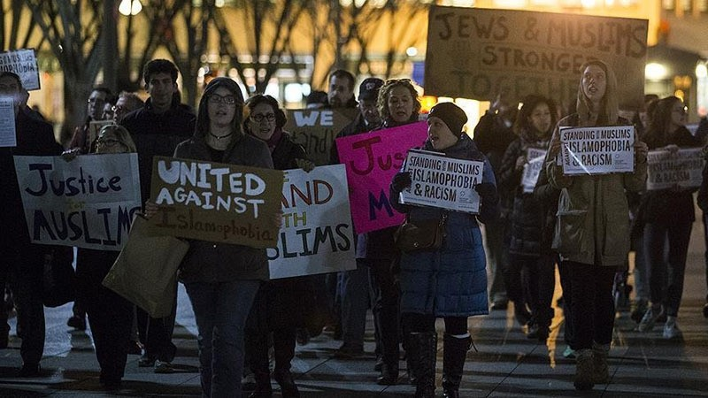 Demonstrators gather in front of the White House to protest against Islamophobia on 21 December 2016, in Washington DC. (AA Photo)