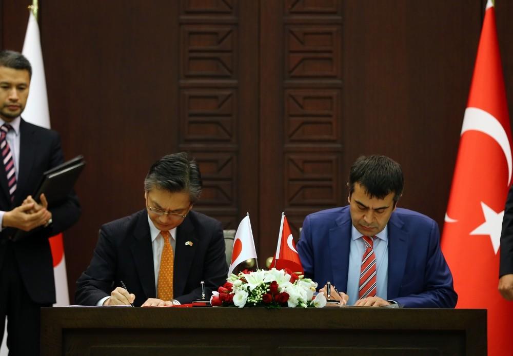 The Japanese ambassador to Turkey, Hiroshi Oka, (L) and and National Education Ministry Undersecretary Yusuf Tekin signing the agreement.