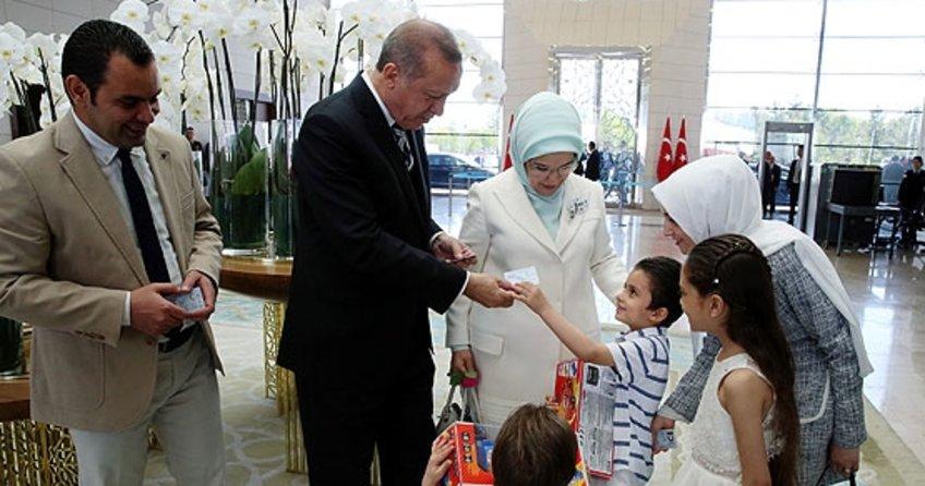Cumhurbaşkanı Erdoğan Suriyeli aileye kimliklerini verdi