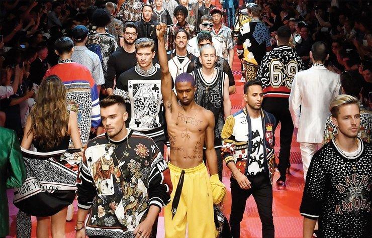 Moda demokratikleşti diyorduk ama Instagram'la dahil olduğumuz tabloid kültürü, modellik sektörünün kendi elimizle taçlandırdığımız ünlülerle dolup taşmasına, ayrımcılığa ve haksız rekabete yol açar oldu. Yeni soylulardan oluşan monarşik düzeni inceledik