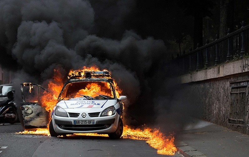 A police car burns after being set on fire during an unauthorized counter-demonstration against police violence on May 18, 2016 in Paris. (AFP Photo)