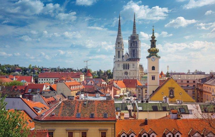 Doğu Avrupa'nın ağırbaşlı ve sakin kenti Zagreb, son yıllarda kültürden sanata, mimariden gastronomiye kadar pek çok alanda yıldızı parlayan kentlerden. Zagreb'de Balkan havası beklerken tipik bir Avruğa kenti düzenliliği, temizliği ve aslında yeknesaklığıyla karşılaşmaya hazır olun.