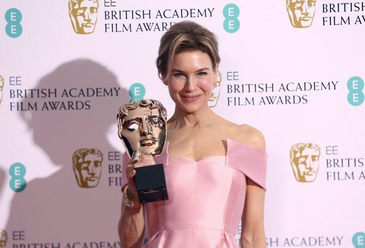 BAFTA ödülleri kırmızı halı şıklığı