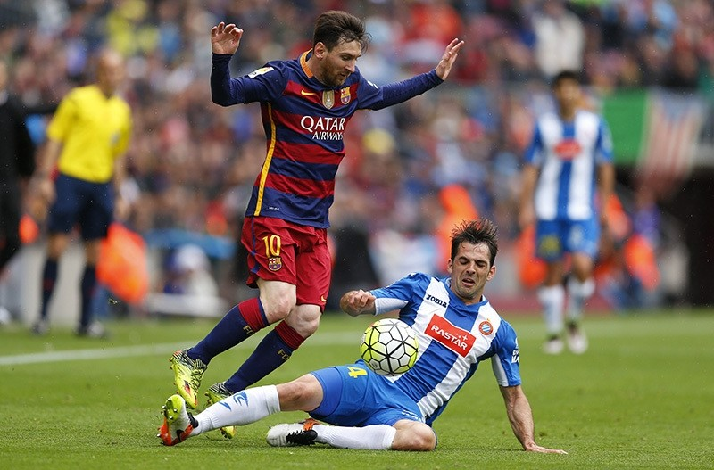 FC Barcelona's Lionel Messi, left, duels for the ball against Espanyol's Victor Sanchez during a Spanish La Liga soccer match between FC Barcelona and Espanyol at the Camp Nou stadium in Barcelona, Spain, Sunday, May 8, 2016. (AP Photo)