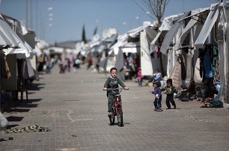 Syrian refugees go about their normal lives at the u00d6ncu00fcpu0131nar camp for Syrian refugees next to the border crossing with Syria, near the town of Kilis in southeastern Turkey, March 17, 2016. (AP Photo)