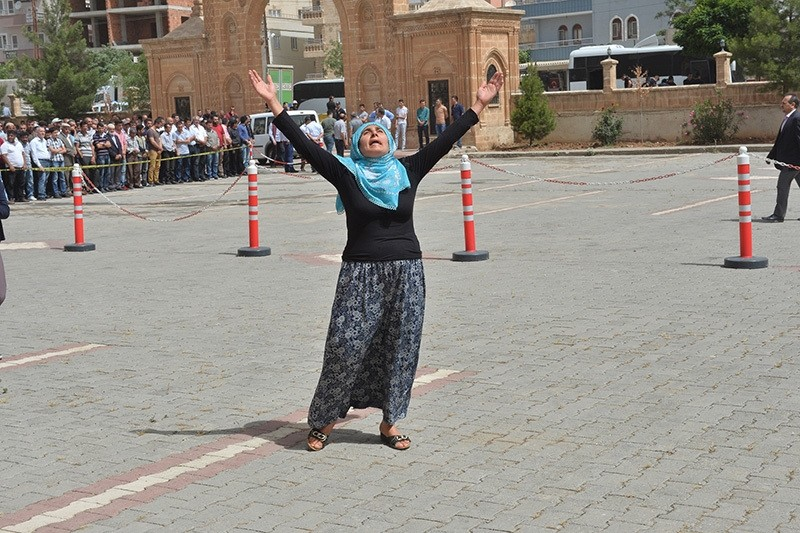 A woman mourns the death of her relative after Midyat bombing (AA photo)