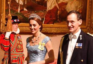 Kate Middleton Diananın tacını taktı