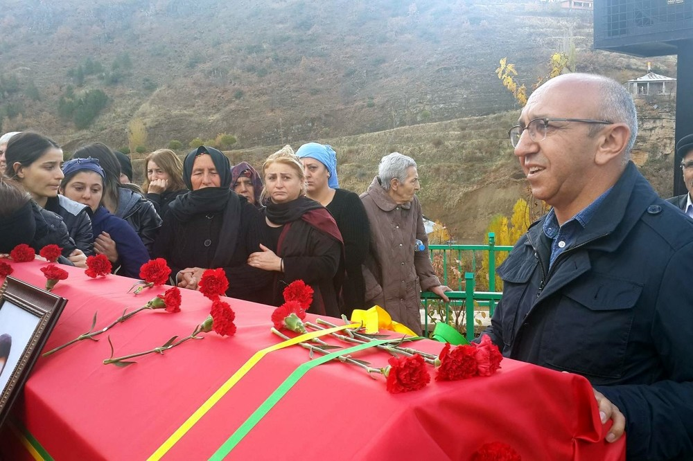 Alican u00d6nlu00fc (R) attended the funeral and burial of a PKK militant.