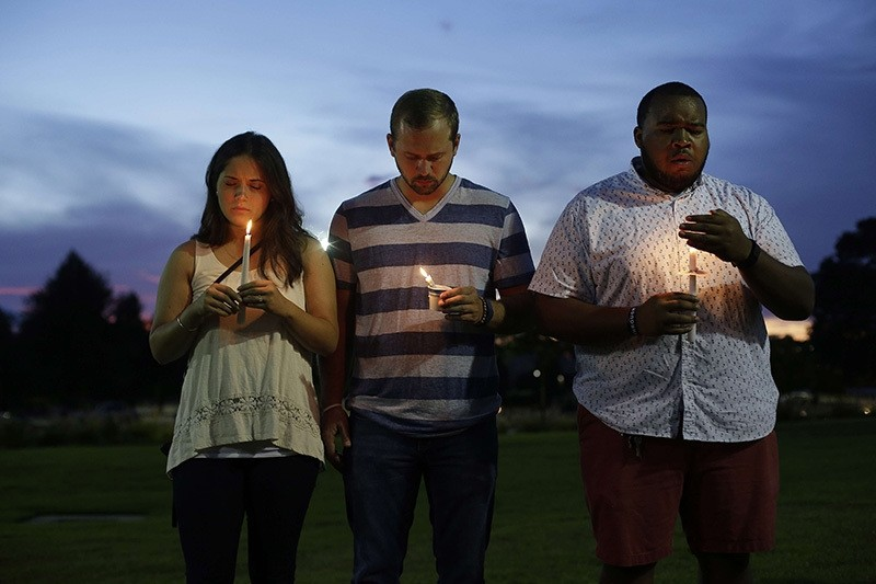 Mourners attend a candlelight vigil for Baton Rouge Police Officer Matthew Gerald at Healing Place Church on July 18, 2016 in Baton Rouge, Louisiana. (AFP Photo)