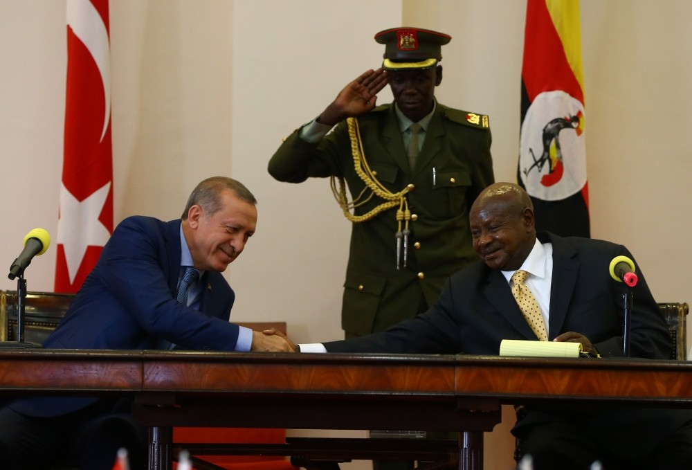 Erdou011fan (L) shakes hands with his Ugandan counterpart Museveni (R) at a press conference held in Kampala on Wednesday.