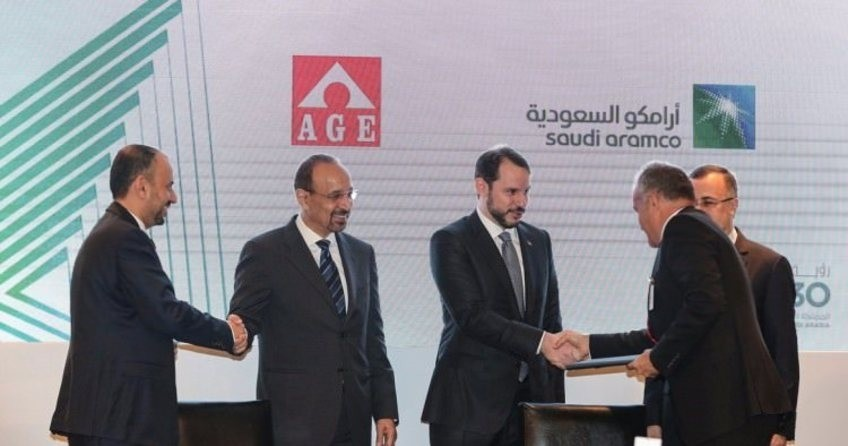 Energy and Natural Resources Minister Berat Albayrak (C) attends a signing ceremony between Saudi Aramco and 18 Turkish companies with his Saudi counterpart Khalid Al-Falih (L2) in Istanbul Tuesday.
