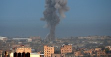 Israel shuts Gaza borders, kills one in airstrike