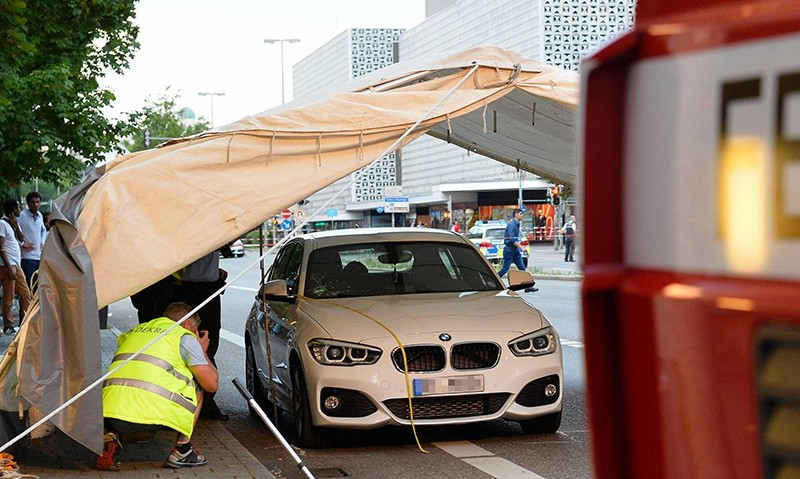 Police investigates the car which stopped the suspect who attacked people with a machete in Reutlingen, southwestern Germany, on July 24, 2016 (AFP Photo)