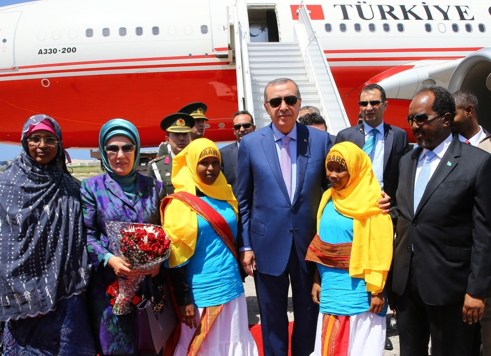 President Erdou011fan and his spouse welcomed by his Somali counterpart at the Mogadishu International Airport on Friday.