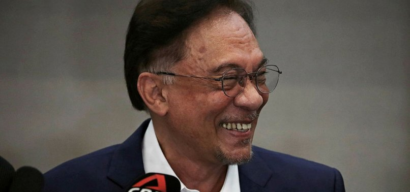 MALAYSIAS ANWAR SAYS HAS STRONG SUPPORT TO FORM GOVT