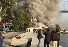 İstanbul'da tarihi iskelede yangın!
