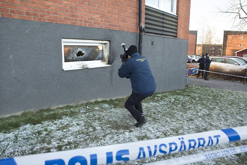 A police officer investigates a suspected arson attack after a fire in a mosque in the southern Swedish town of Eslov on December 29, 2014 (AFP Photo)