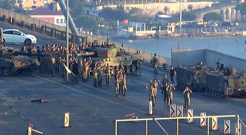 Pro-coup soldiers surrender to police on Istanbul's Bosporus Bridge (IHA Photo)
