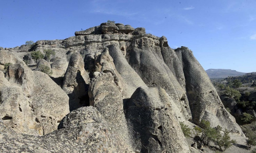 The carved houses and tombs in Mesotimolos can be seen in the valley surrounded by volcanic rocks, while it is also possible to come across thousands-of-years-old human footprints in the volcanic remains of the region.