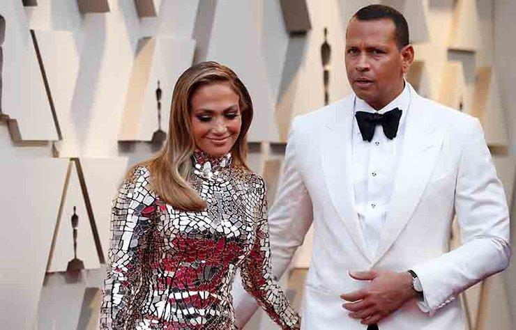 """Şarkıcı Jennifer Lopez ve eski beyzbol oyuncusu Alex Rodriguez dört yıllık ilişkilerini bitirdiklerini tüm dünyaya """"Arkadaş kalacağız"""" diyerek duyursa da ayrılık nedeniyle ilgili iddialara her gün bir yenisi daha ekleniyor."""