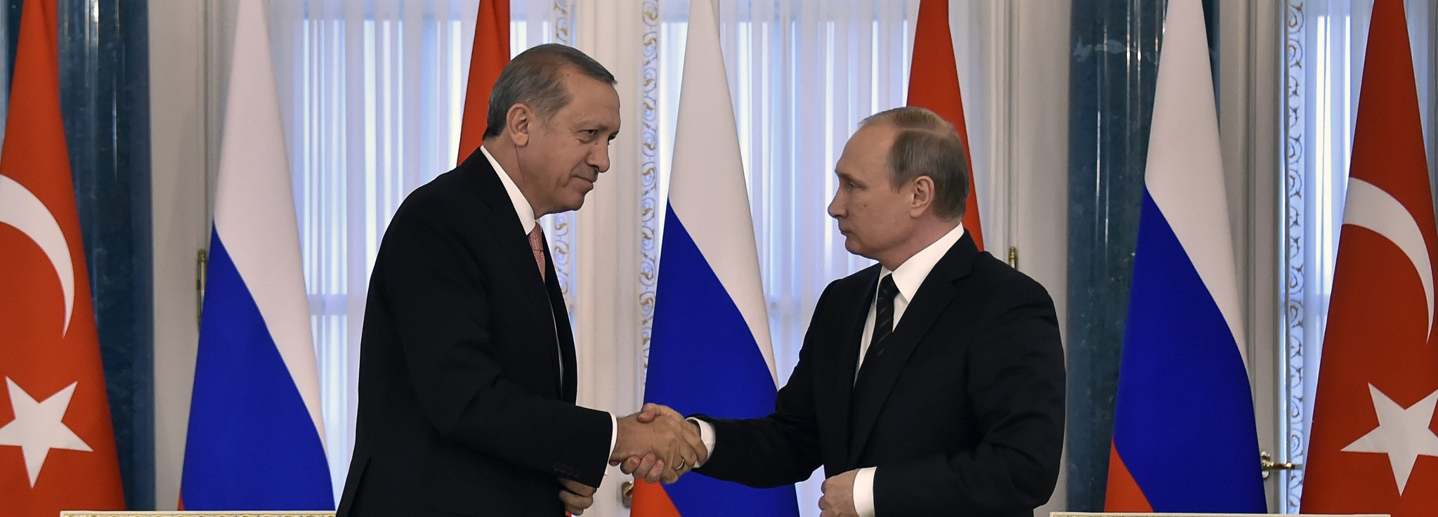 Russian President Vladimir Putin (R) shakes hands with his Turkish counterpart Recep Tayyip Erdou011fan during their press conference in Konstantinovsky Palace. (AFP Photo)