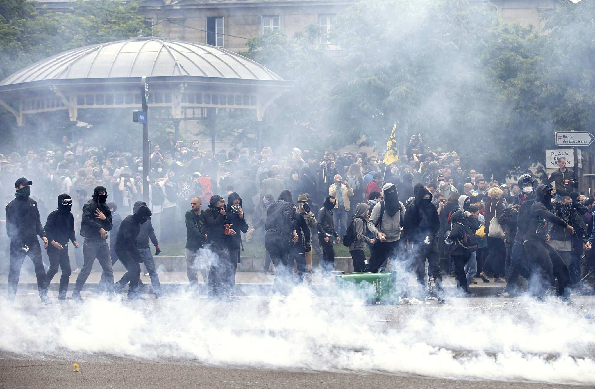 Tear gas fills the air during clashes with French gendarmes during a demonstration in protest of the government's proposed labor law reforms in Paris, France, May 26, 2016. (Reuters Photo)