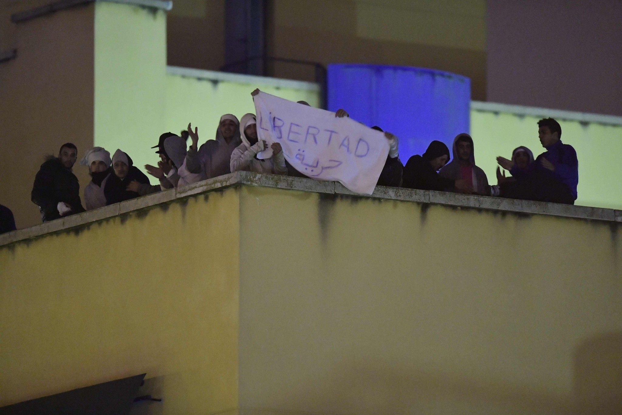 Refugees protest against the conditions in the detention center on the roof of the Immigration Detention Center (CIE),u00a0Oct.u00a019, 2016, Madrid. (AFP Photo)