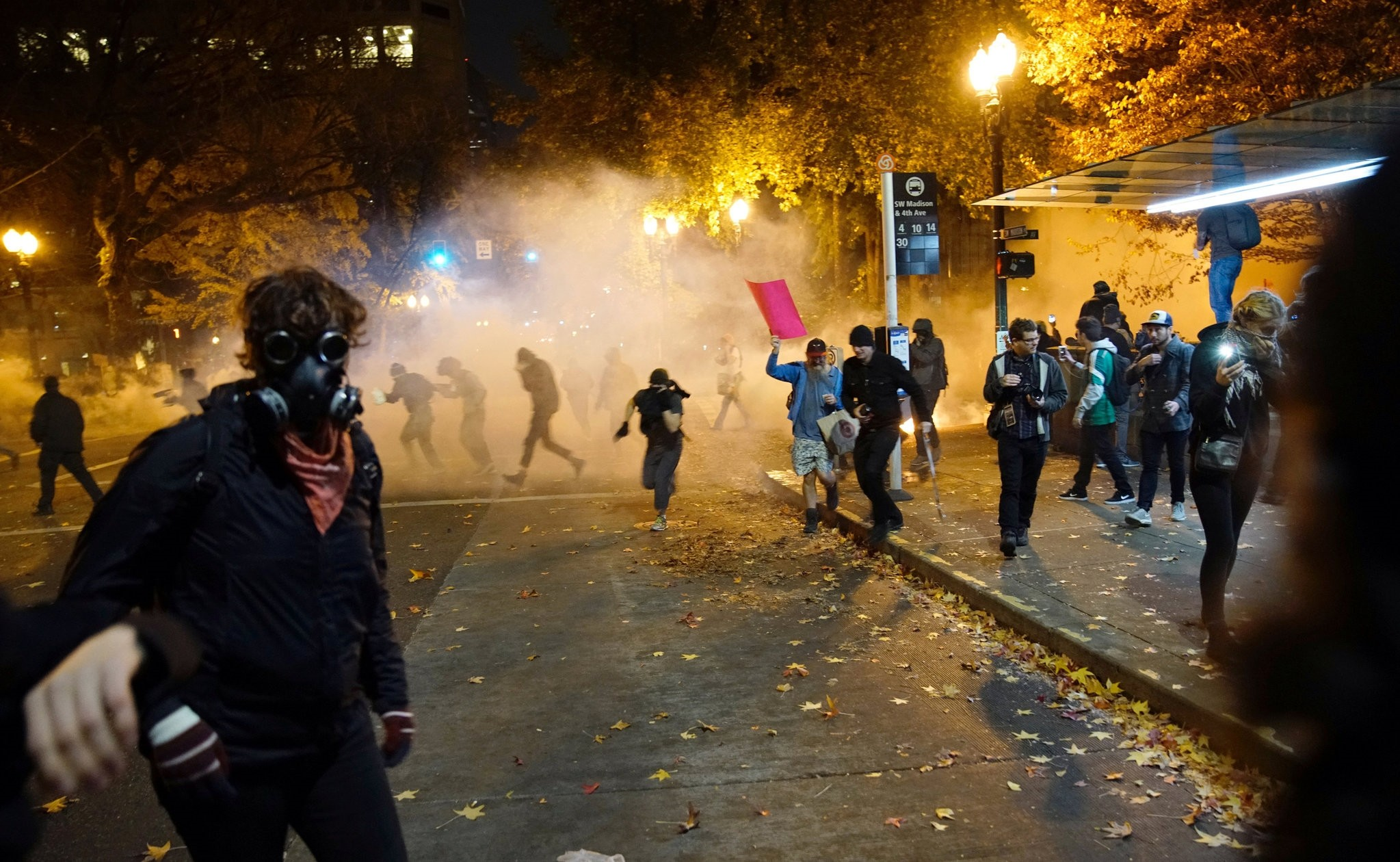 People try to move away from a gas cloud during a protest against Trump as President of the U.S. in Portland, Oregon, U.S. November 12, 2016. (REUTERS Photo)