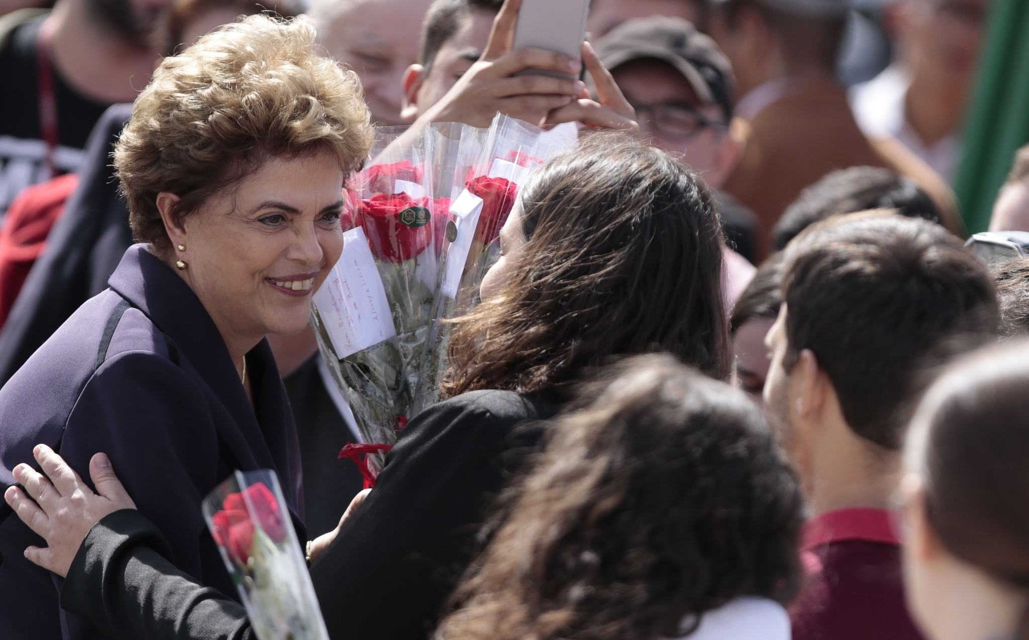 Brazilian suspended President Dilma Rousseff (L) greets workers during her visit to the construction site of Sirius in Campinas, Sao Paulo, Brazil on June 9, 2016. (AFP Photo)