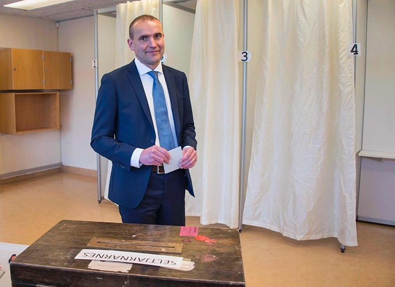 Gudni Johannesson casts his ballot at a polling station in Reykjavik, on June 25, 2016. (AFP)