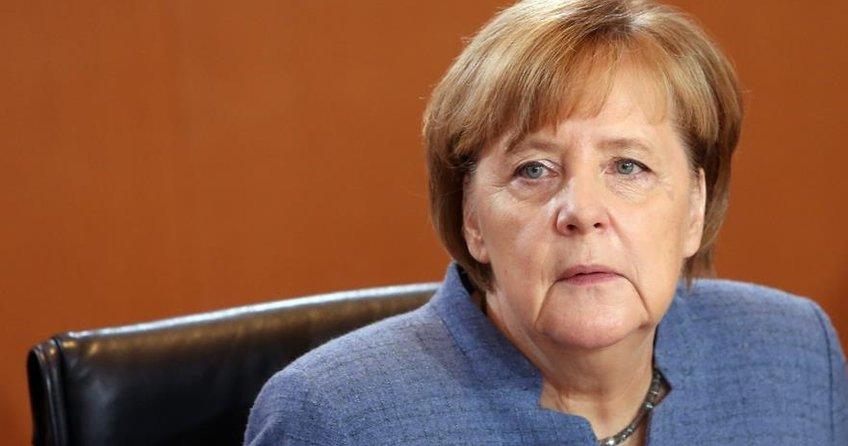 Gençler Merkel'in istifasını istedi