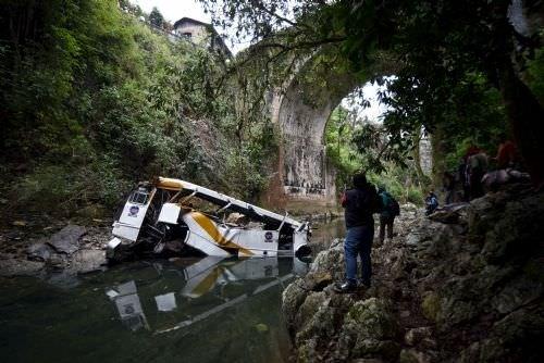 Meksika'da otobüs köprüden uçtu
